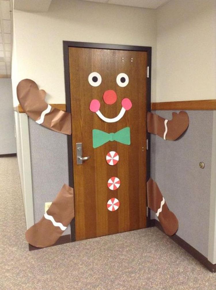 cây thông noel làm bằng cánh cửa văn phòng