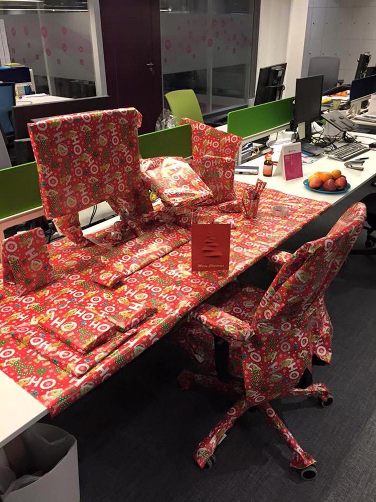 bàn làm việc trang trí thành 1 hộp quà