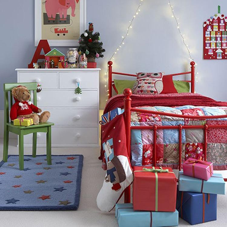 phòng ngủ được trang trí với hộp quà